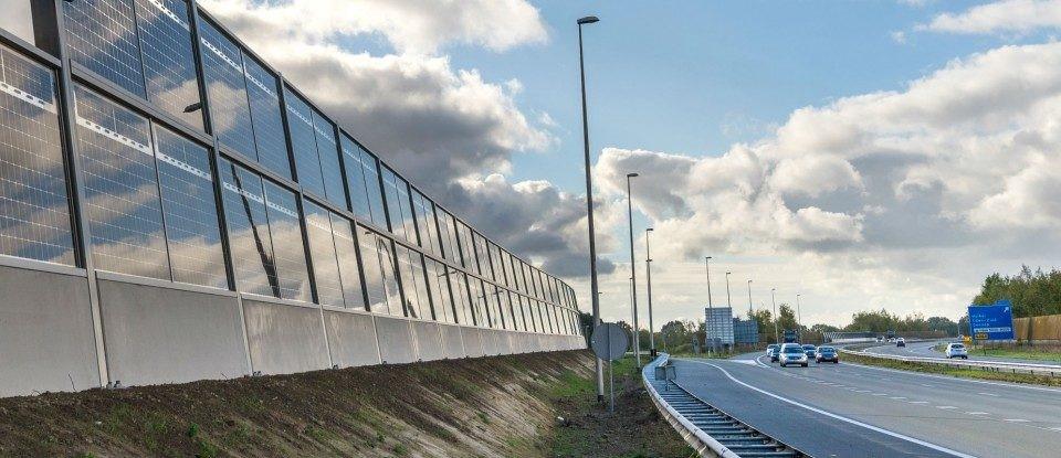 Geluidswand met geïntegreerde zonnepanelen langs de E19