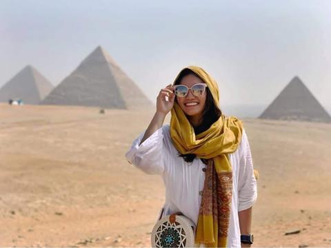 Фотограф на пирамидах в Каире