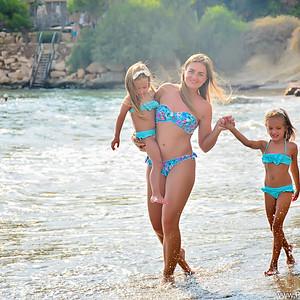 Мама с девочками на пляже   Кипр