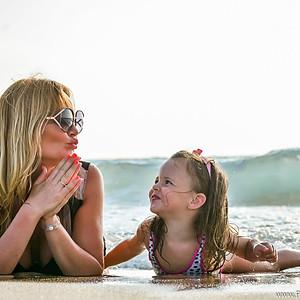 Мама с дочкой на море