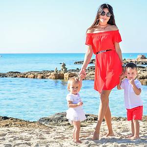 Мама с детишками на Кипре