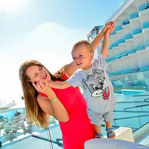 Мама с ребенком в King Evelthon Beach Hotel