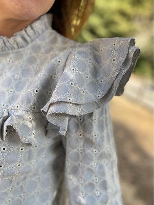 Blusa gris bordada con volantes