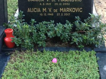 En el día de Radonica, se rezó por los difuntos en el cementerio con cánticos Pascuales