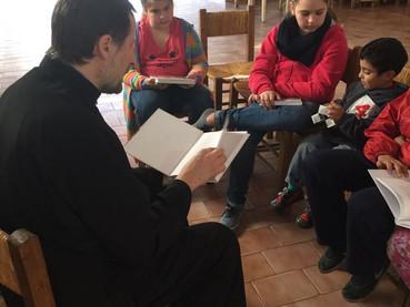 Fotos de la Divina Liturgia y clases de Catecismo para niños en Madariaga