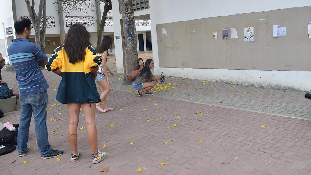 'Estilo universitário: as fardas dão espaço aos looks depojados' (Foto: Isabela Bandeira/Coletivo F8)
