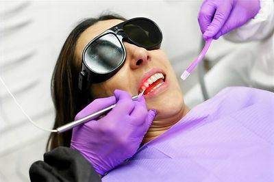 dentista-usando-um-laser-de-diodo-moderno_56854-3540_edited.jpg