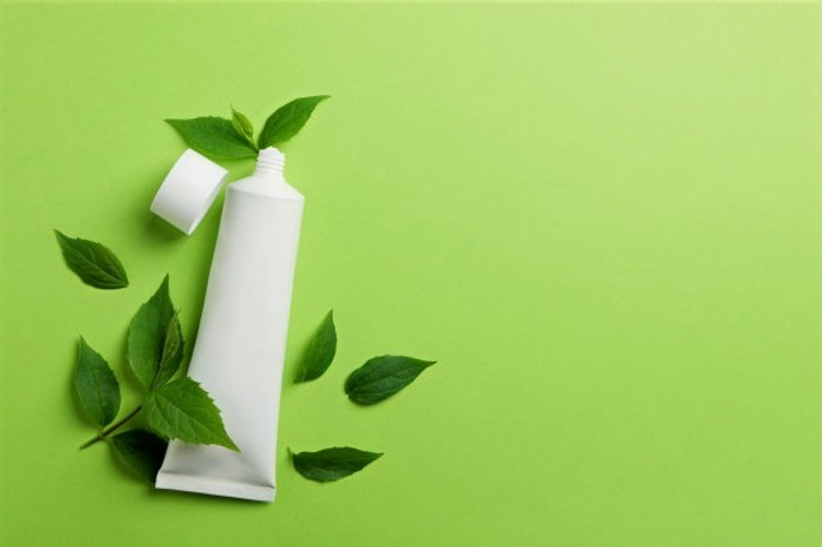 tubo-de-creme-dental-e-folhas-de-hortela-na-superficie-verde_185193-15042_edited.jpg