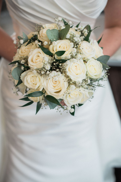 Beautiful, natural bridal bouquet with white roses. Wedding details.