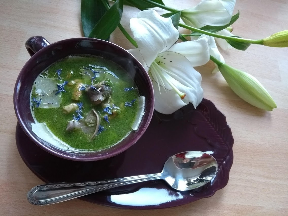 Watercress and mushrooms soup