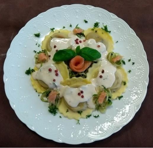 Raviole with zucchini spaghetti and smoked salmon and mascarpone sauce.