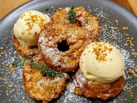 Crusty appel donnuts with homemade ice cream