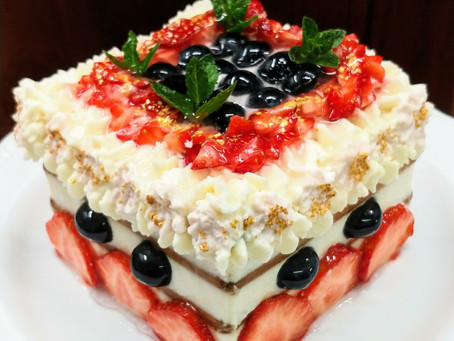 Strawberries and blueberries cake