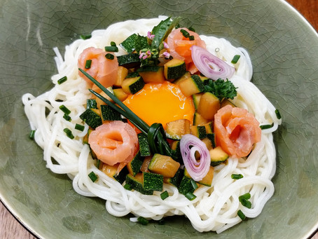 Rice noodles with smoked salmon and fresh yolk