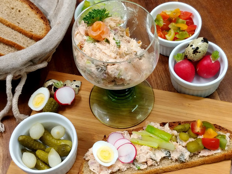 Salmon rillettes with fingerfoods and homemade bread.