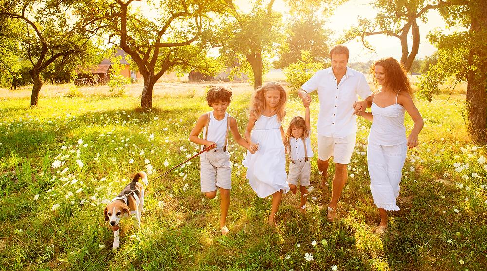 Família feliz ao ter um plano prever