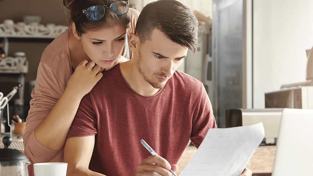 Casal assinando o seguro prestamista
