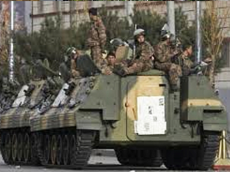 コロンビアの街頭治安出動の軍車両