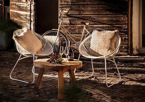 פינת ישיבה חוץ עם שני כיסאות ראטן סינתטי ושולחן קפה מעץ טיק