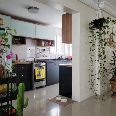 Apartamento alugado tem decoração ousada e muito verde