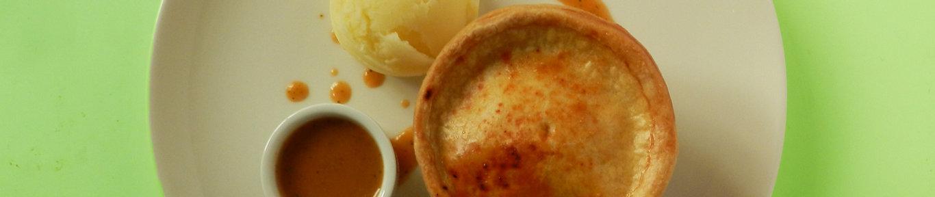 pai (pie) con salsa y puré de patata