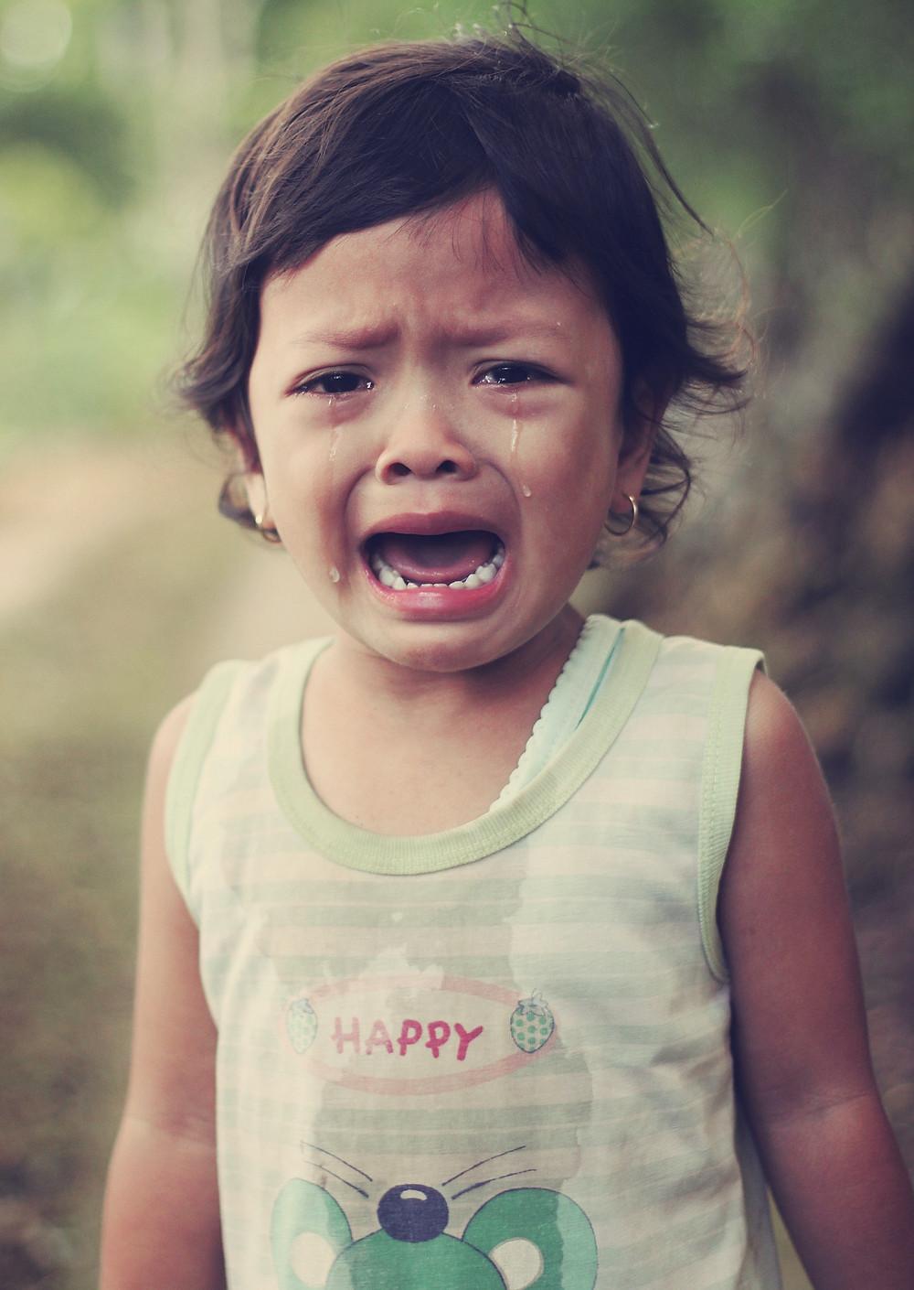 Niña llorando con lágrimas en el rostro