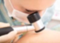 Dermatologe bei der Arbeit