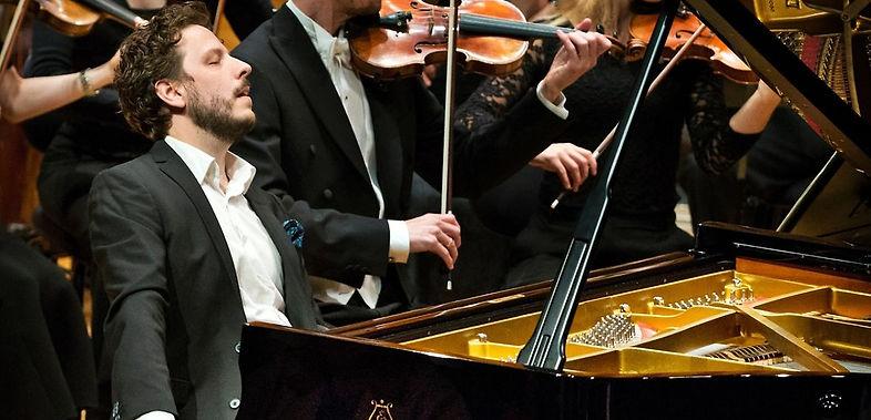 Peter Friis Johansson performing with Västerås Sinfonietta