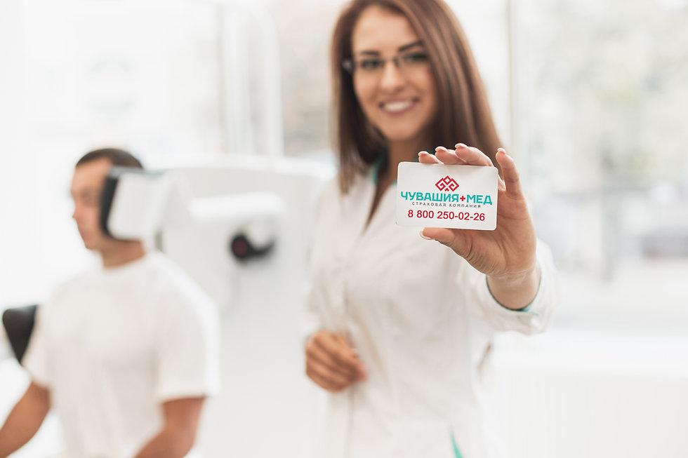 Девушка с визиткой Чувашия-Мед.jpg