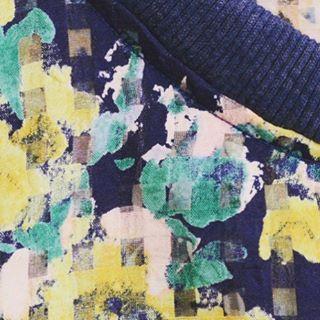 予約ITEM【4月末入荷】Flower organdie check blouson 【604-1401VA】平織で薄手 、軽く透けている生地のことで、上品な透け感と程良い張り感を持ち合わせ、固い風合