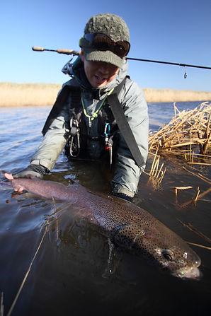 彼はこの日、人生初のイトウを釣った。