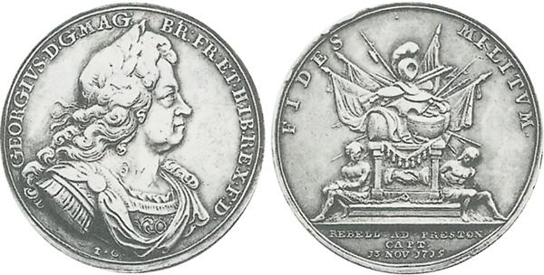 """Medaille 1715 von John Croker auf die Niederwerfung des jakobitischen Aufstands.  Auf der Rückseite ist ein Tropaion mit zwei angeketteten Gestalten dargestellt.  Die Umschrift lautet übersetzt """"Treue  des Militärs (der Soldaten)"""". Im Abschnitt steht (übersetzt): """" Die Rebellen bei Preston gefangen am 13. November 1715""""."""