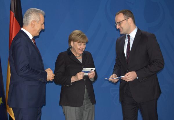 Stanislaw Tillich, Angela Merkel und Jens Spahn freuen sich über den Zuwachs in der Serie der vor zehn Jahren eröffneten deutschen Länderserie.