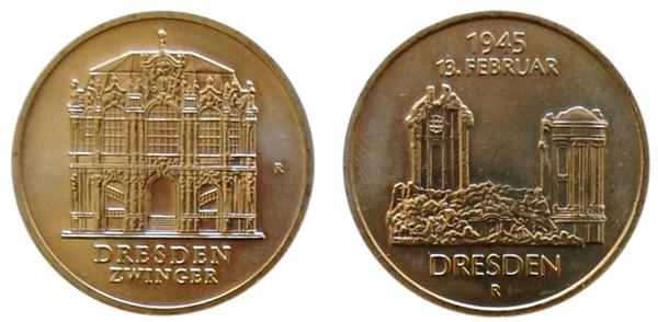 An den Wallpavillon des Dresdner Zwingers und die Ruine der Frauenkirche erinnern Fünf-Mark-Münzen der DDR aus den Jahren 1985.  Fotos: Caspar