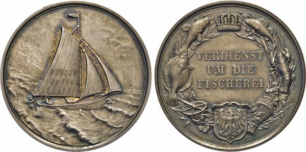 """Los 1068: Preussen. Wilhelm II., 1888–1918. Silberne Prämienmedaille o.J. (v. Arthur Krueger für Loos vor 1895?) für VERDIENST/UM DIE/FISCHEREI. Slg. Marienb. – Heidem. (1998) –. 50 mm. 60,47 g. In Orig.–Lederetui mit bedrucktem Deckel (Preußischer Adler über """"Fischerei-/Medaille"""")"""