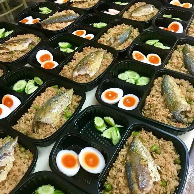 ข้าวผัดน้ำพริกปลาทู ปลาทู และไข่ต้ม