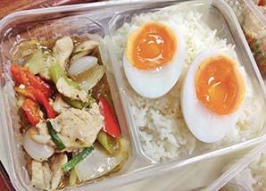 ข้าวไก่ผัดพริกไทยดำ ไข่ต้ม