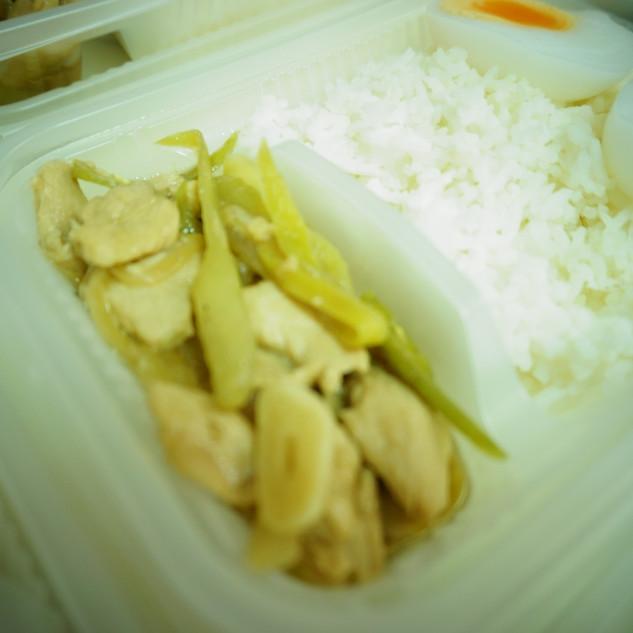 ข้าวไก่ผัดพริกหยวก
