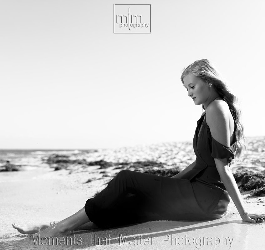 Seniors photo on the beach in black and white