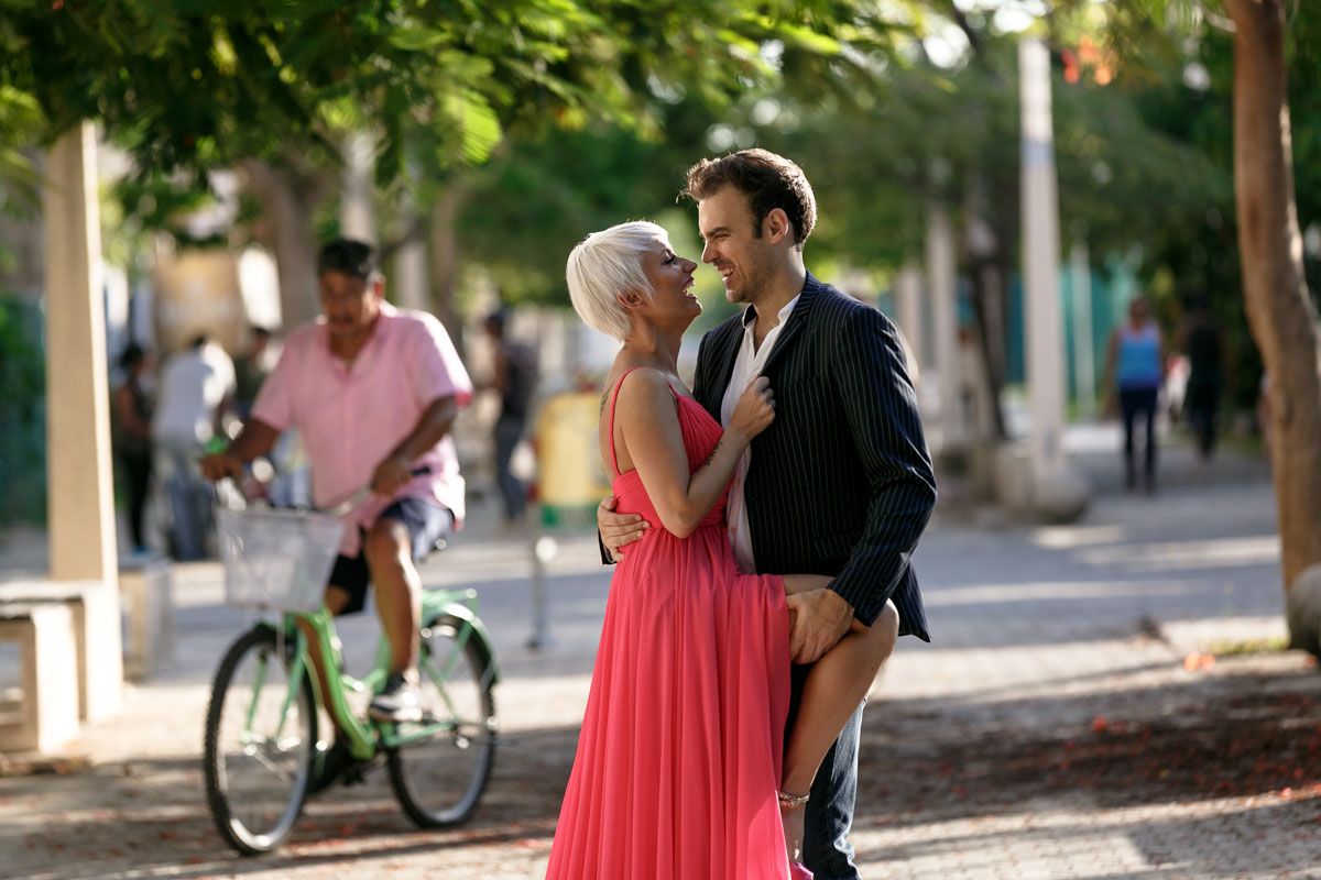couple on 5th avenue playa del carmen