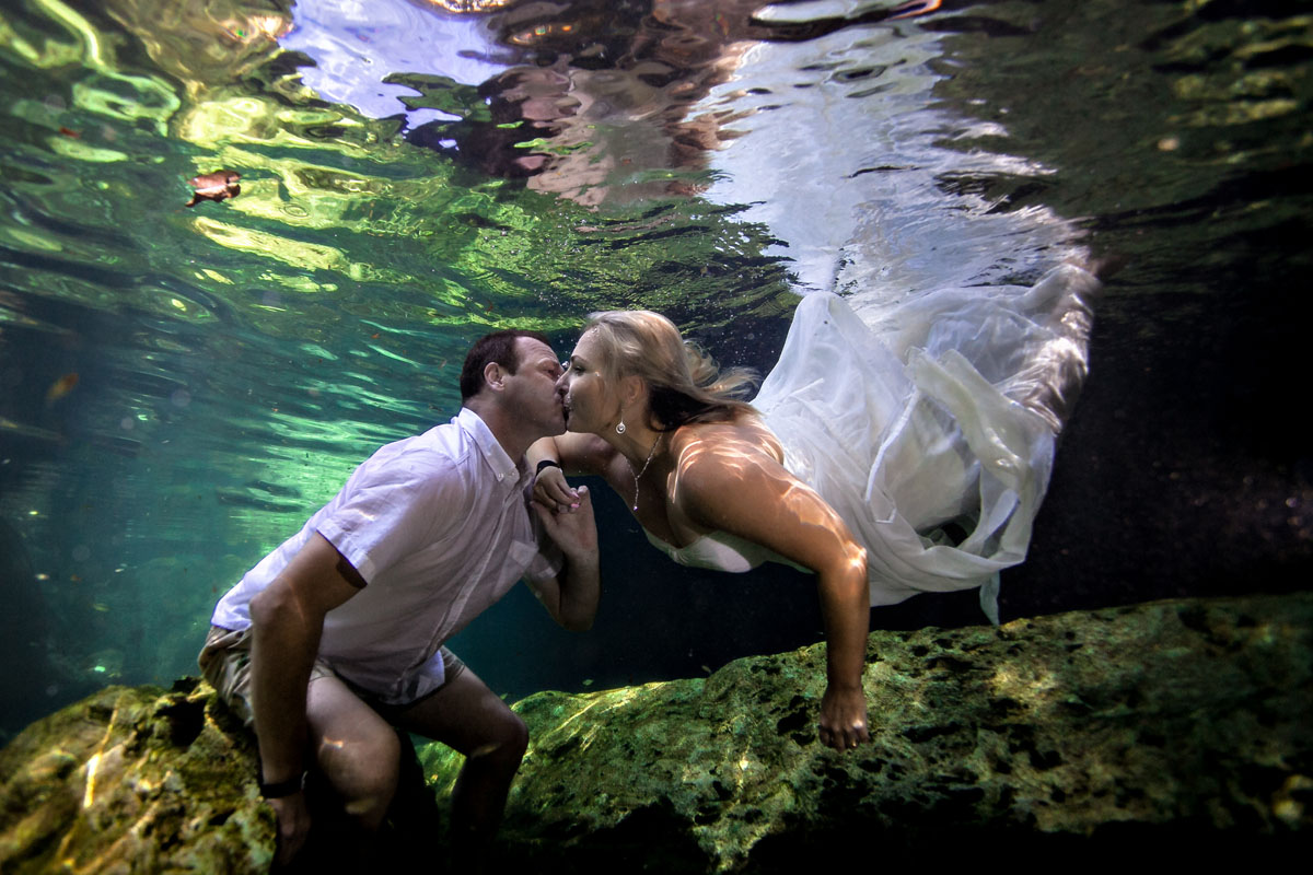 Kissing underwater. Trash the Dress photography