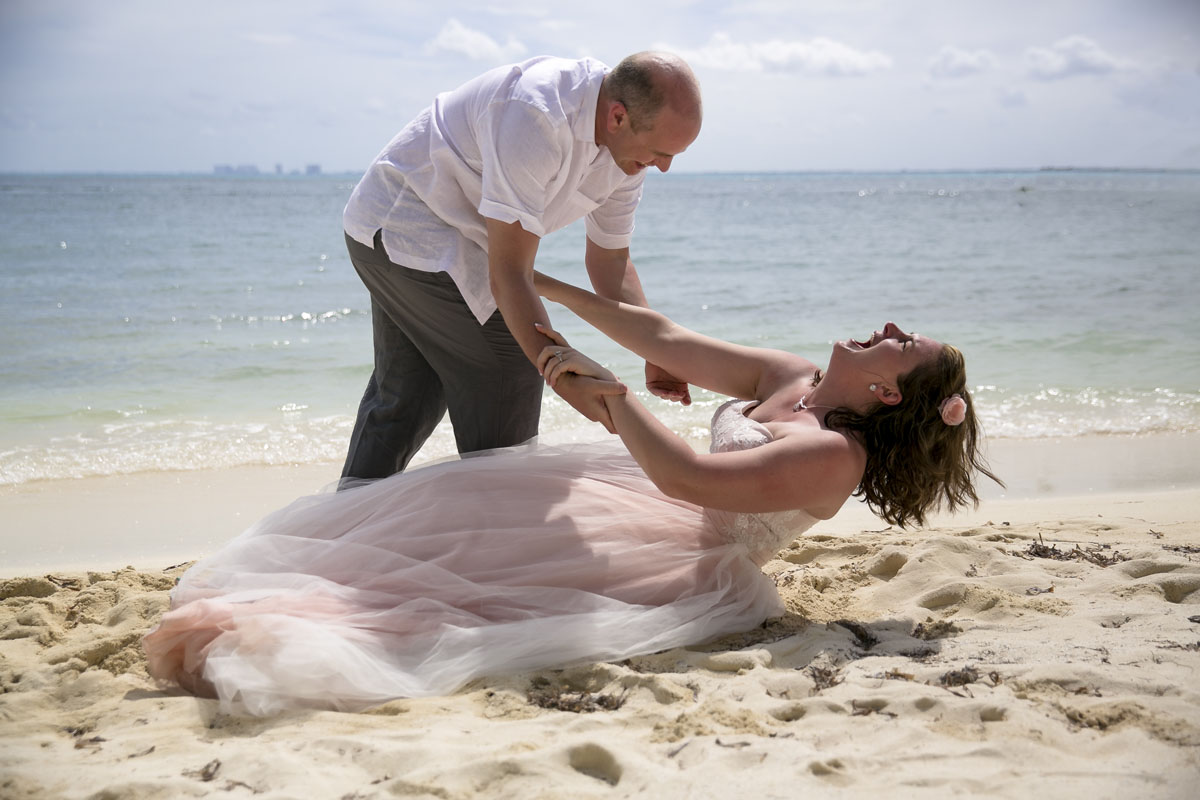 Beach trash the Dress in Isla Mujeres