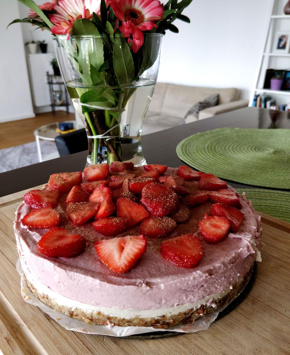 Strawberry vanilla raw cake recipe