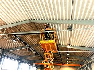 Čištění stropu průmyslové haly