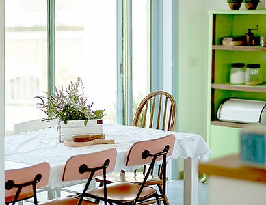 פינת אוכל אקלקטית. אוסף של רהיטים וצבעים