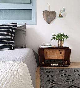 רדיו ישן משמש כשידה לצד מיטה | נועה פז