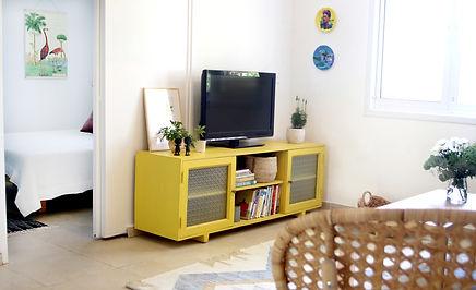 שידת טלויזיה צהובה