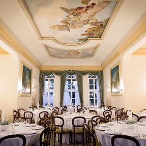 Sala affrescata di Villa Boschi, con i tavoli di un matrimonio