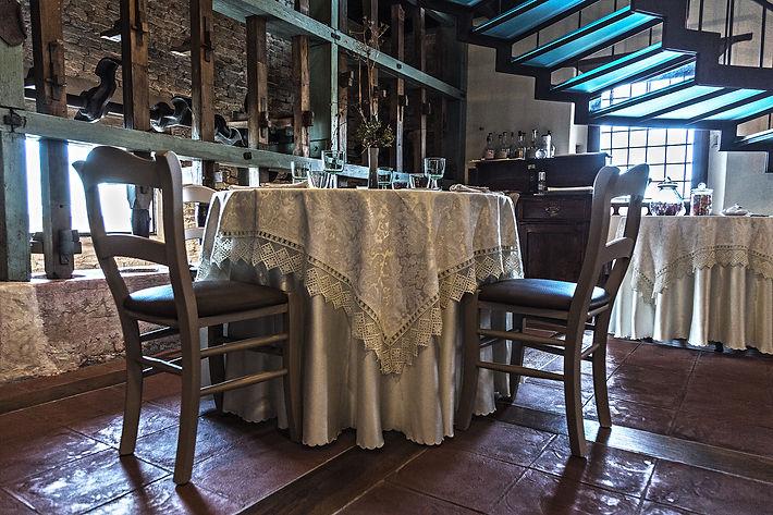 Sala del ristorante, tra pestelli della pila del riso