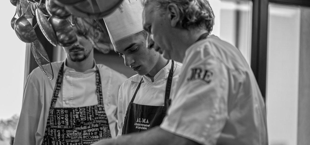 Lo chef Davide Botta al lavoro, con la giacca dei JRE